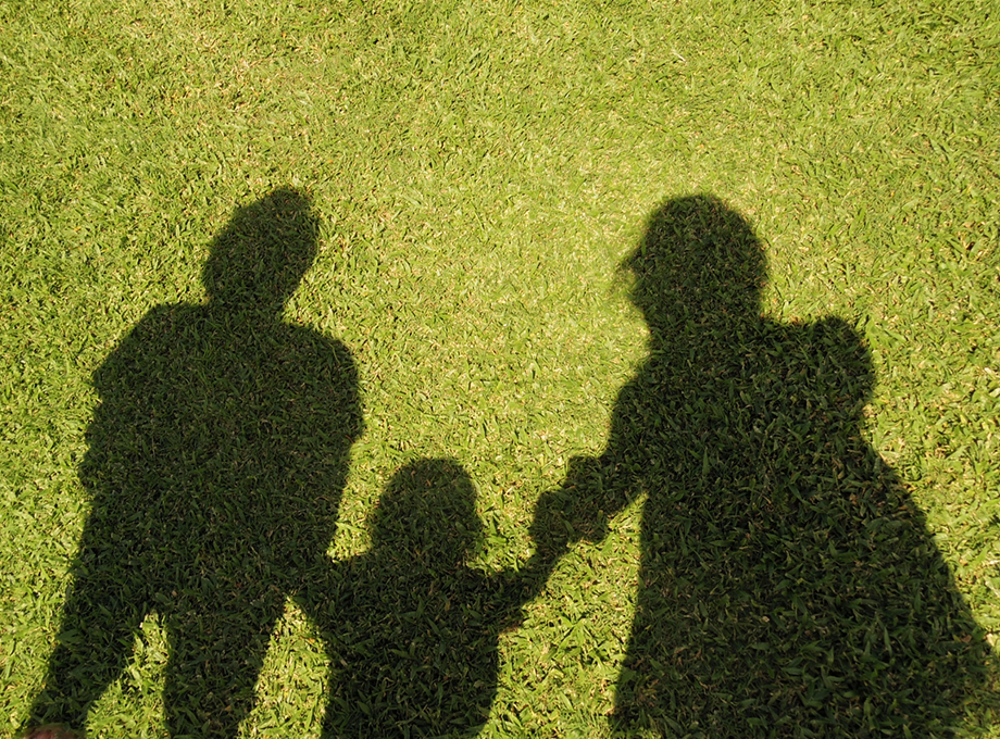 親子三人の影
