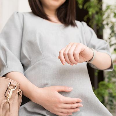 時計を気にする女性