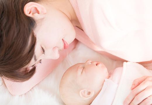 赤ちゃんに寄り添うお母さん